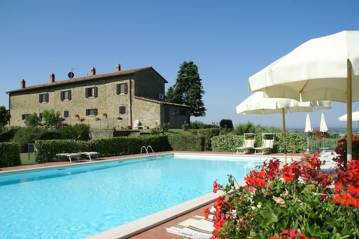 Ruim appartement bij Cortona met een zwembad