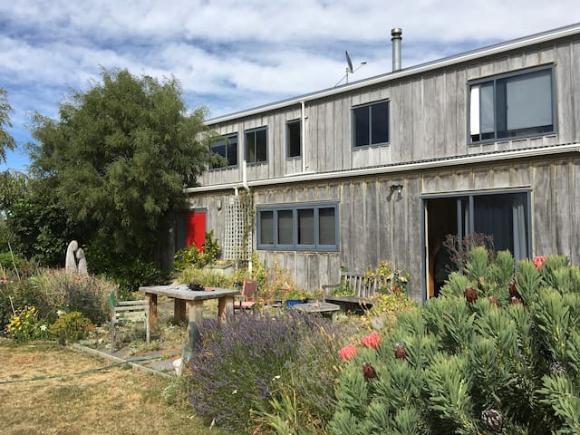 A Coastal Retreat with 3 single beds - Rarangi