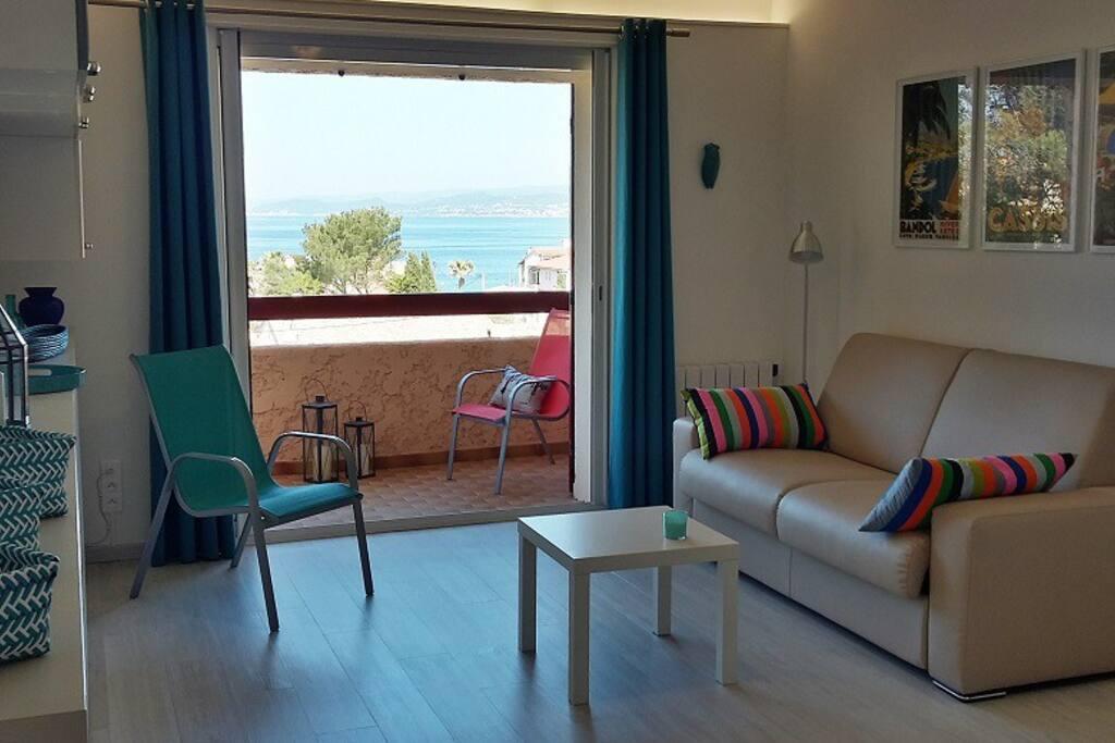 Pièce à vivre ouverte sur le balcon, canapé lit avec matelas neuf de qualité