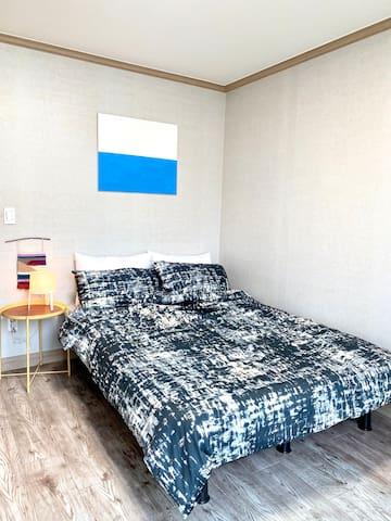 정감 있는 풍경이 펼쳐진 방에는 퀸 사이즈 침대가 준비되어 있답니다.