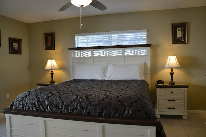 Immaculate Updated Flr 1 Condo 2.5 Miles to Beach