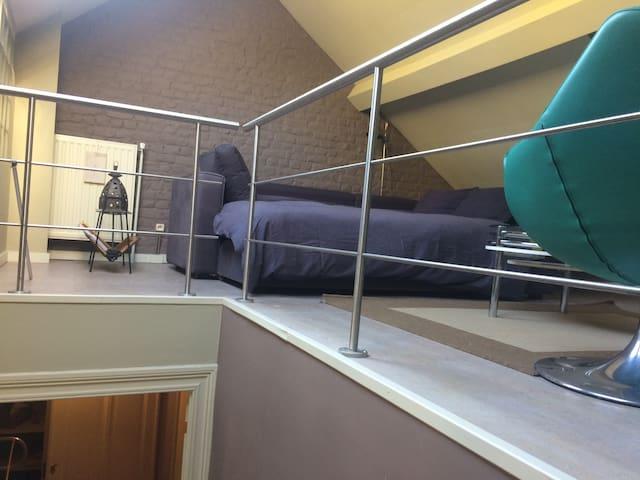 Bed & Breakfast Villa Voltaire. La chambre à coucher en mezzanine 1 lit double (chambre 2).
