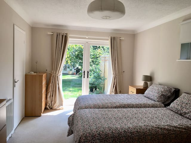 Spacious, sunny apartment 20 minutes from Gatwick