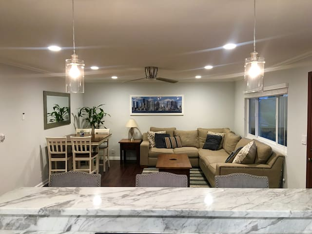 Walk to Beach 2 Bed/2 Bath with Steam Room