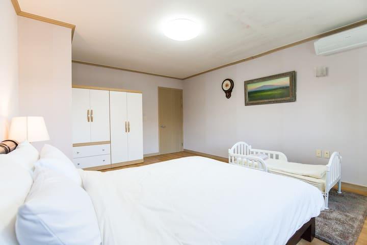 아이 침대와 요이불이 있습니다. 큰방입니다.