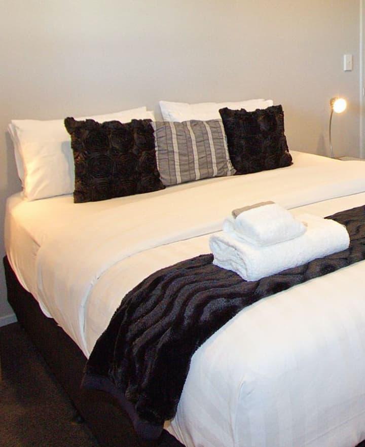 Spacious One Bedroom apartment can sleep 4