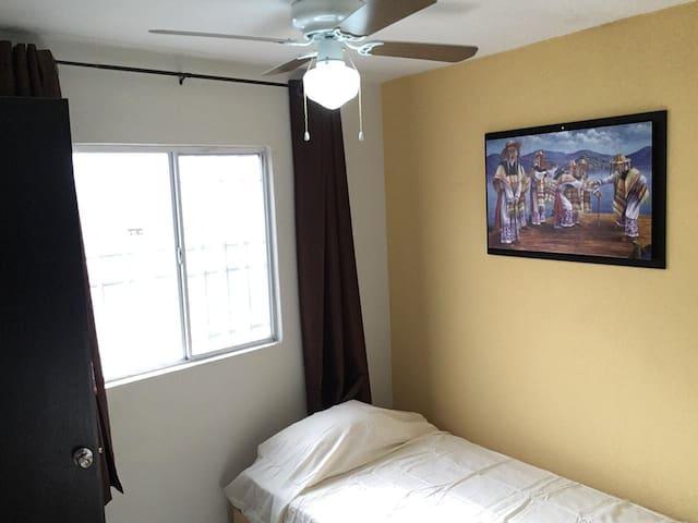 Mini habitación con baño y regadera propio.