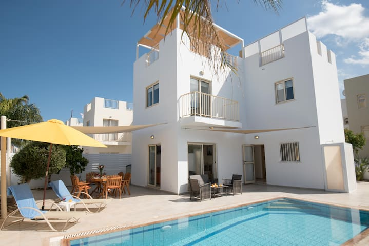 Cosy Pernera Villa, Private Pool, 8 mins Beach