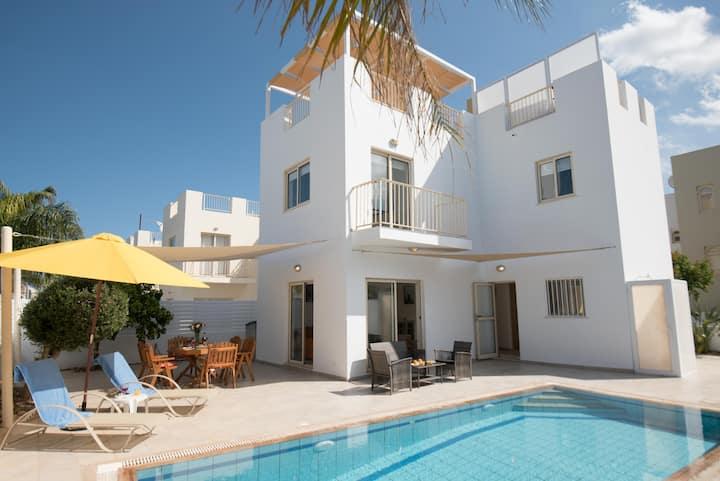 Cosy Pernera Villa, Private Pool, 8 mins Beach