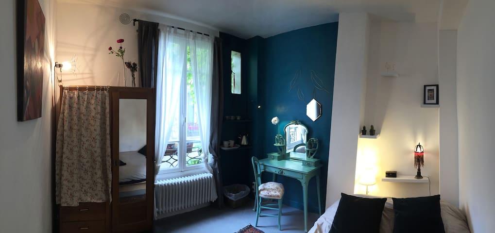 Chambre cozy dans un appartement d'artiste
