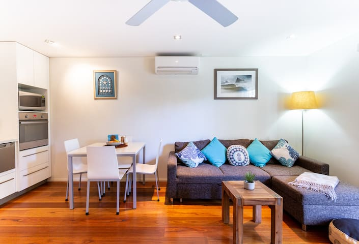 Currumbin Creekside Getaway- 50m to the shoreline!