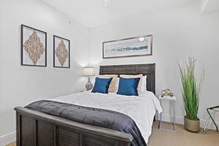 Guest Bedroom - Comfy queen sized bed!!