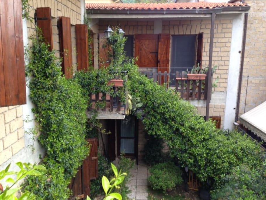 La casa dall'esterno (ingresso al piano terra)