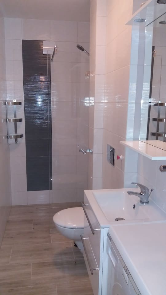 Łazienka z prysznicem, kabina typu walk, umywalka, WC, pralka