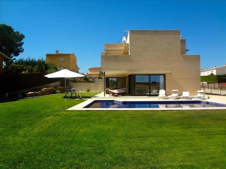 Catalunya Casas: Modern 4-bedroom villa in Riudellots, just 10km from Girona Airport