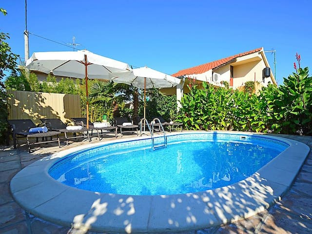 House Regina with outdoor pool- close to the sea - Brodarica - House