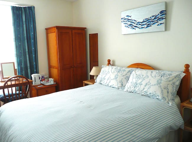 Comfortable double ensuite room close to town