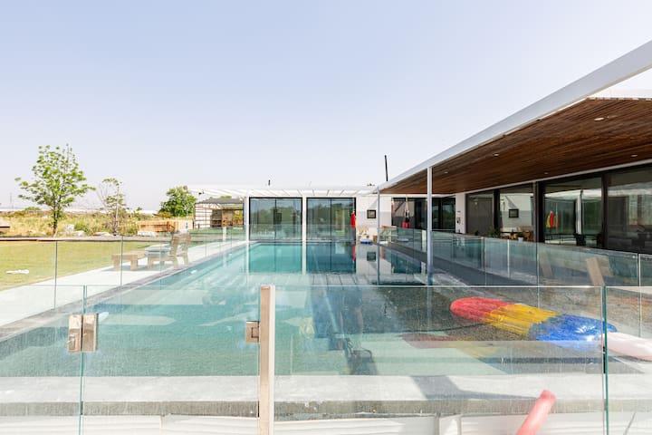 Amazing new villa & pool near Tel Aviv