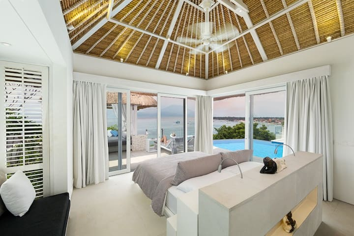 Ground floor luxury villa with a magnificent panorama across the ocean & Bay. Watch famous surf breaks, boats come and go, and village life.  This villa can be double or twin, additional child bed available. Rumah Putih has two villas like this.