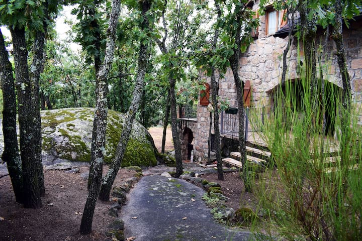 Der Weg zum Eingang ist teilweise aus gewachsenem Felsen.