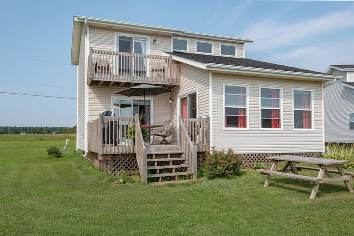 The Confederation - Modern Ocean Front Cottage PEI