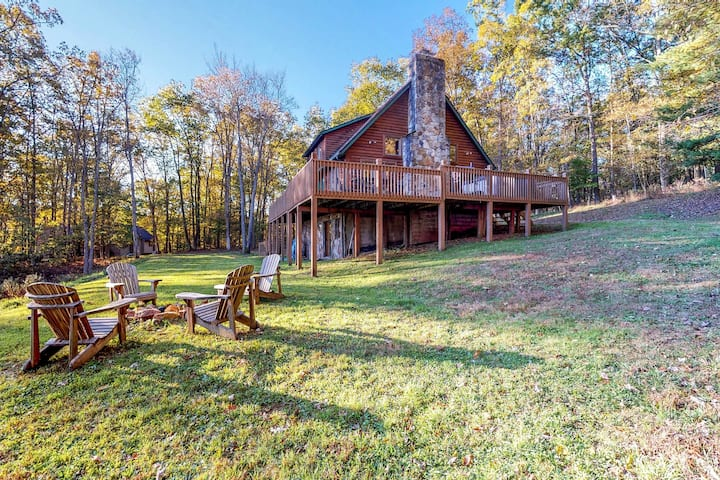 Dog-friendly family cabin with private hot tub & shared dock access