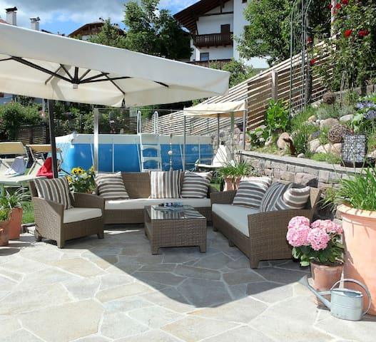 """Accogliente Appartamento """"Die Gartenwohnung"""" con Vista Montagna, Wi-Fi & Terrazza; Parcheggio disponibile."""