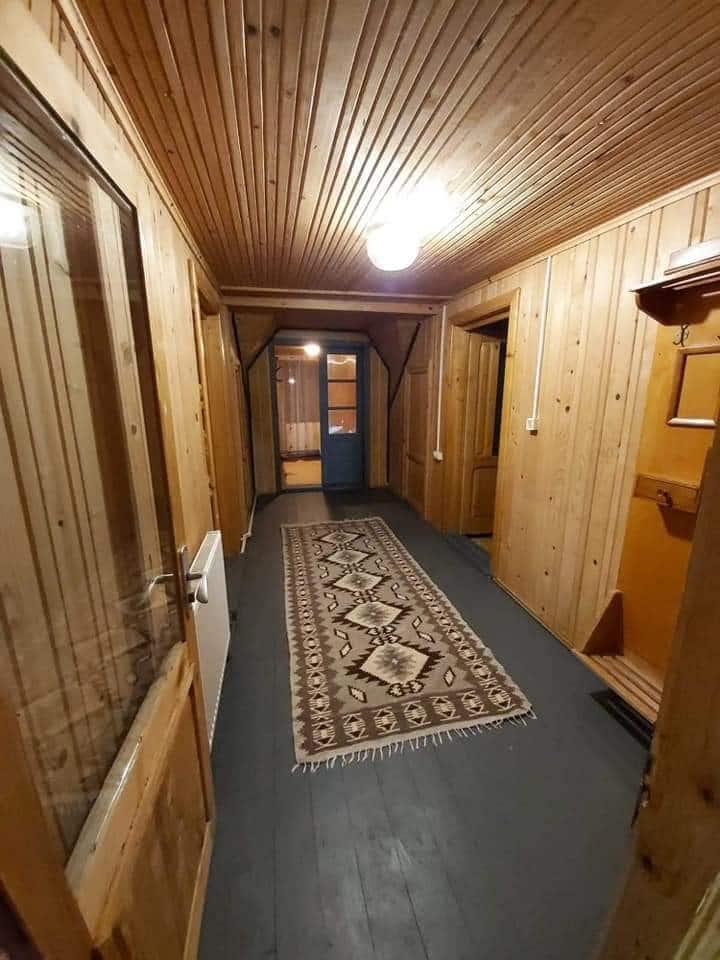 Casa la munte  cu 5 camere , pt 12 persoane.
