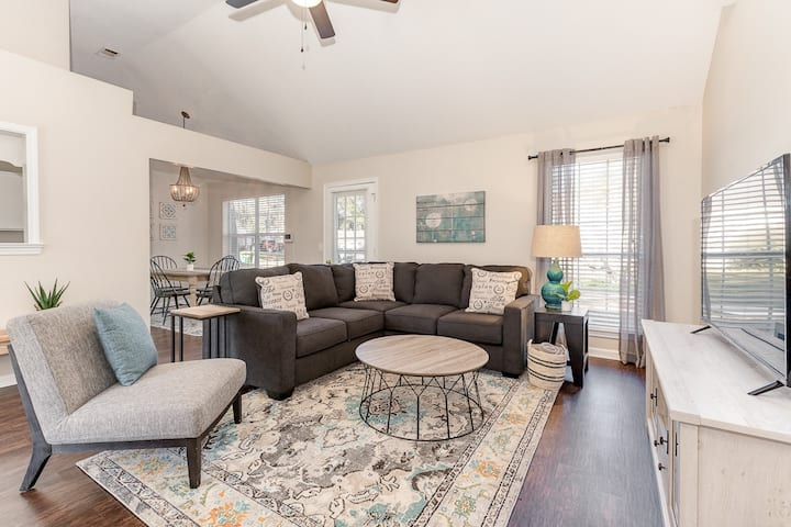 Savannah minutes away!Comfortable & Convenient!