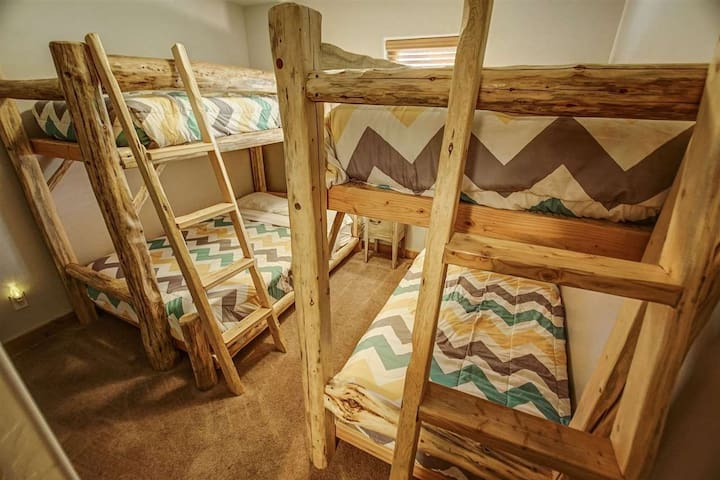 Guest Room with 1 Queen and 3 Twin beds
