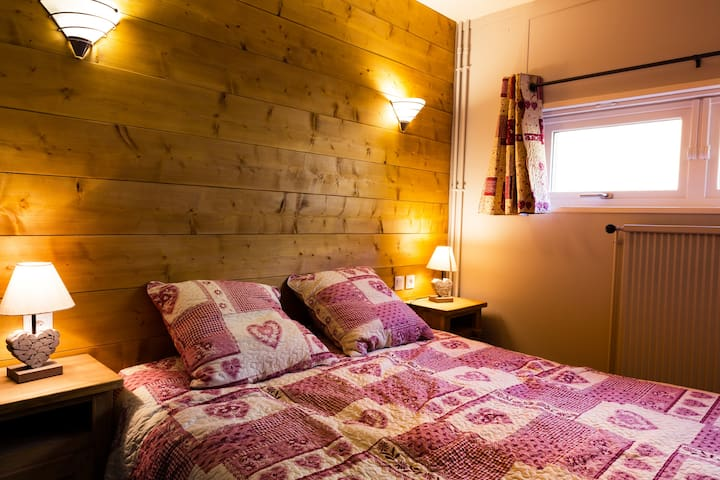 chambre parentale avec grand lit de 160 x 190 et lit bébé parapluie 120 x 60 au besoin