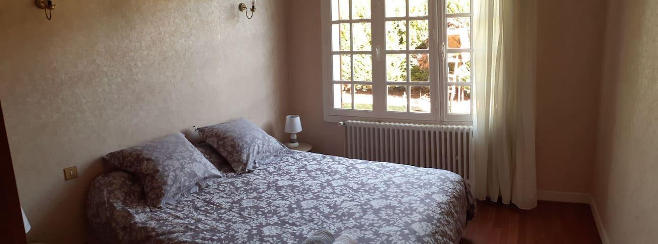 Chambre privée avec lit king size.  Confort, calme