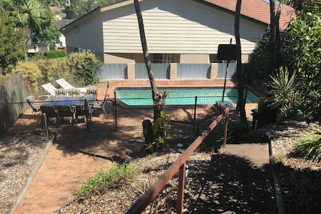 Large house with pool on Sydneys north shore - Rumah