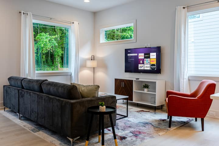 Spacious Stylish & Clean Modern Home Close to City