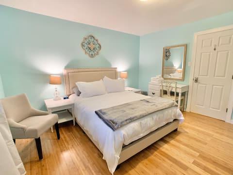 Private room & bath in serene Glen Allen home