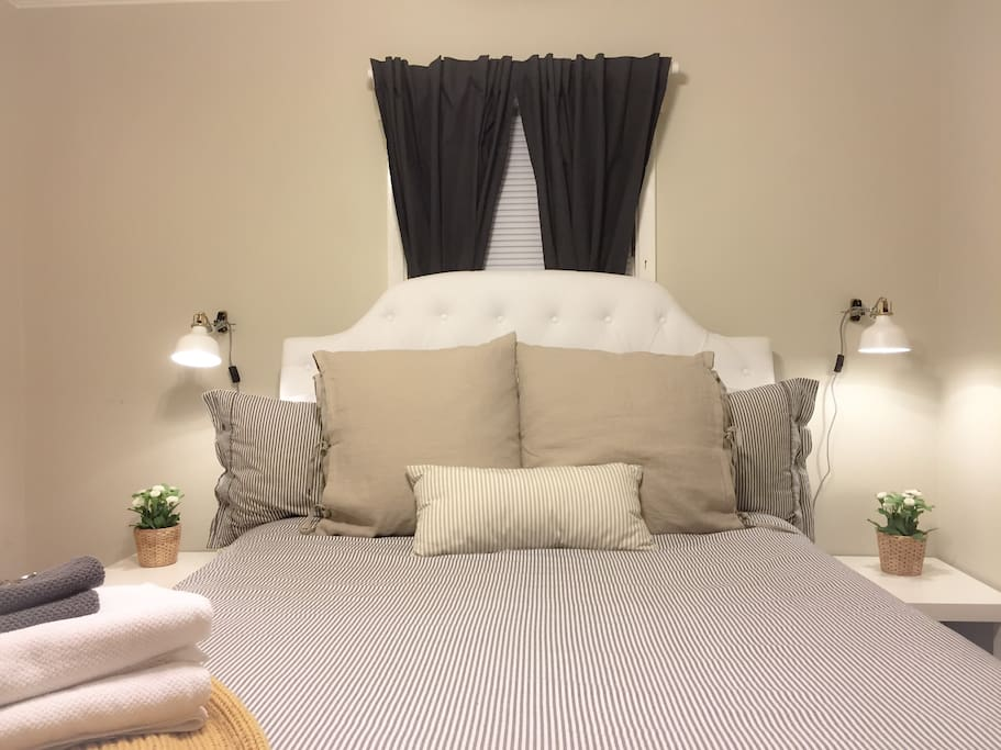 Queen sized bed with soft linens