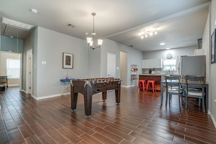 Minutes from Downtown, Fast Wifi and Dog Friendly!
