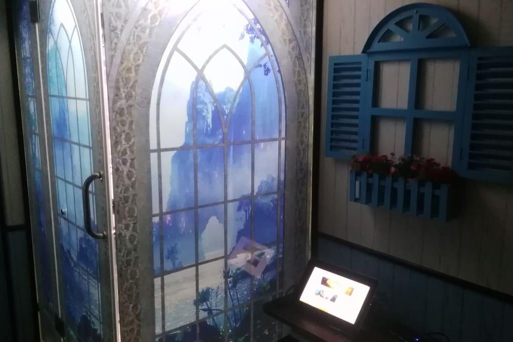 德姆斯特朗船屋卧室的工作区,带有有线网络插口,您可以在此工作和使用电脑。