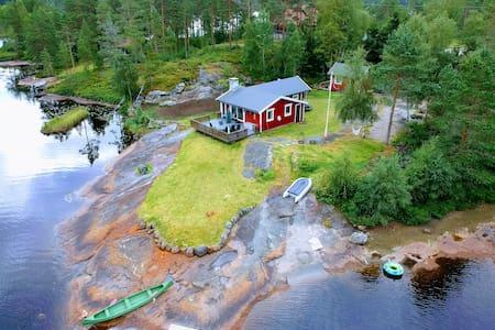 Hytte i vannkanten ved Ogge vassdrag