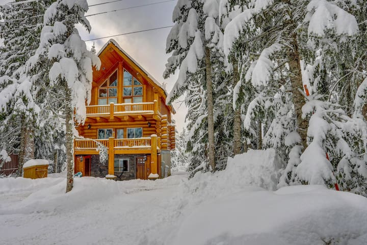 Dog-friendly lodge with two large decks & hot tub, close to lake and skiing!