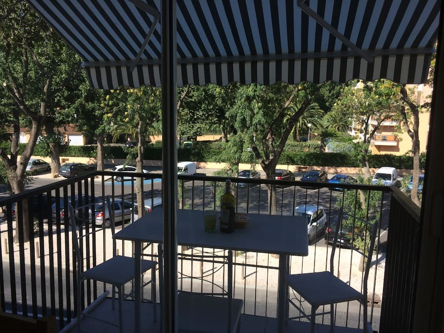 Balcon ombragé pour déjeuner à 4
