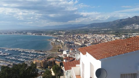 Roses loft centrally located and 20m from beaches.