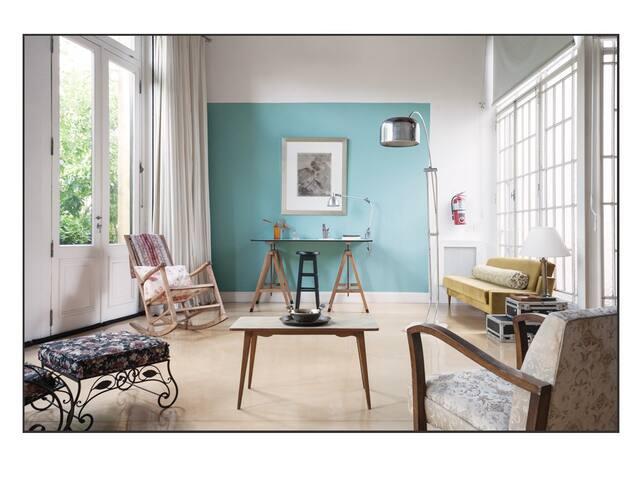 En nuestro loft los muebles tienen el espíritu vintage y hay áreas de lectura, relax y un tablero de trabajo.