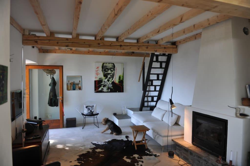Wohnraum mit Sambatreppe zur Schlafgalerie