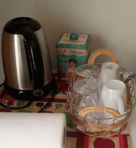 à disposition dans les chambres : thé et café