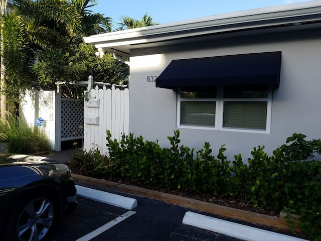 One mile from Beach! 1BR/1BA & Cozy