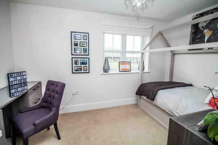 Modern&Spacious Bedroom/Office 10MinsDrive2Durham