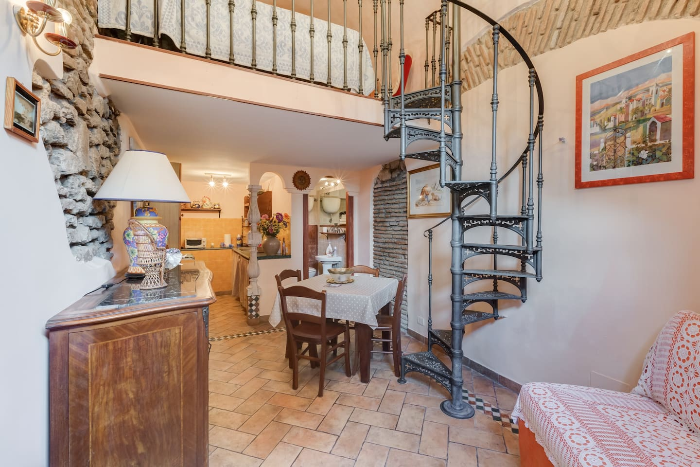 il piccolo soggiorno all'entrata , l'angolo cottura e a destra il bagno con la doccia