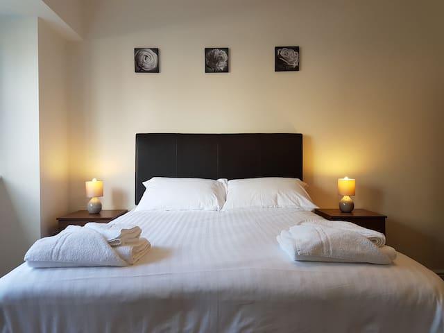 Bright & Modern 1 bed, High Spec + Wifi, Sleeps 4 - Swindon - Huoneisto