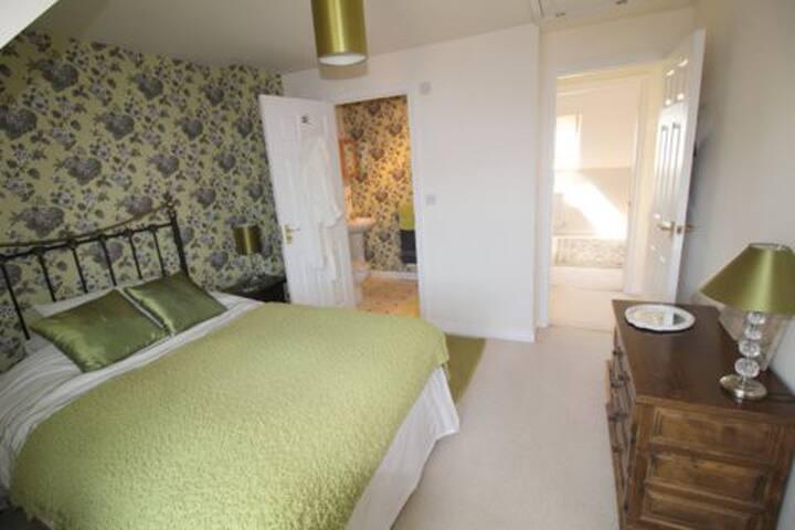 Private bedroom with en-suite in Chippenham